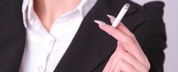 タバコを吸う女性の画像