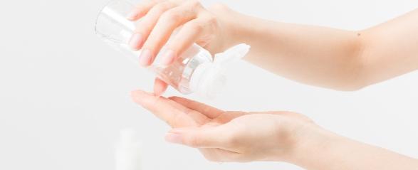 化粧水を手に取る女性